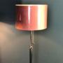 Gerestylede vloerlamp met velourskap